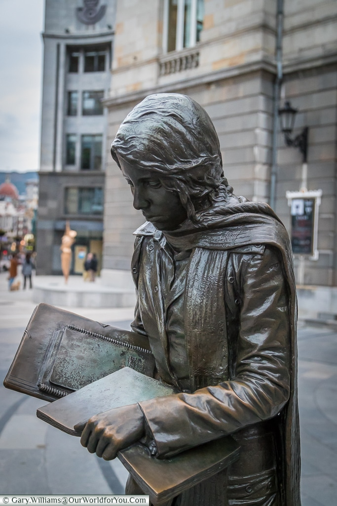 'Esperanza Caminando' a lovely bronze sculpture depicting a student engrossed in her book, Oviedo, Spain