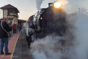 Steam train arriving (800x533)