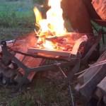 キャンプ地で焚き火に佇む