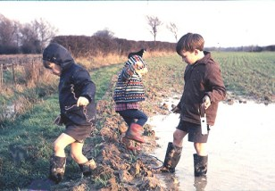 kids-playing-in-mud-puddle
