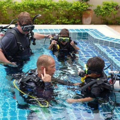 Teaching Scuba diving in the swimming pool