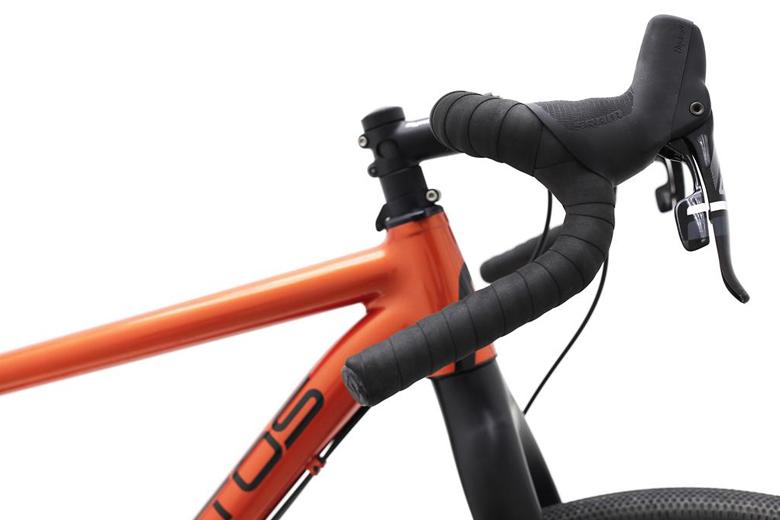 De Santos Cross Lite heeft een heel clean racestuur en een stuuruitslagbeperker voorkomt onbedoelde spanning op de kabels.