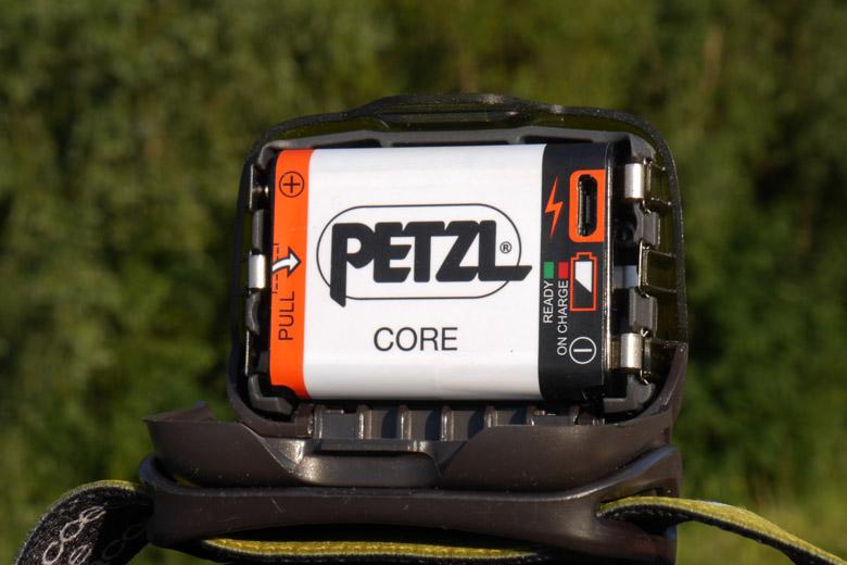In de Petzl Core accu zit de oplader en twee controlelampjes verstopt.
