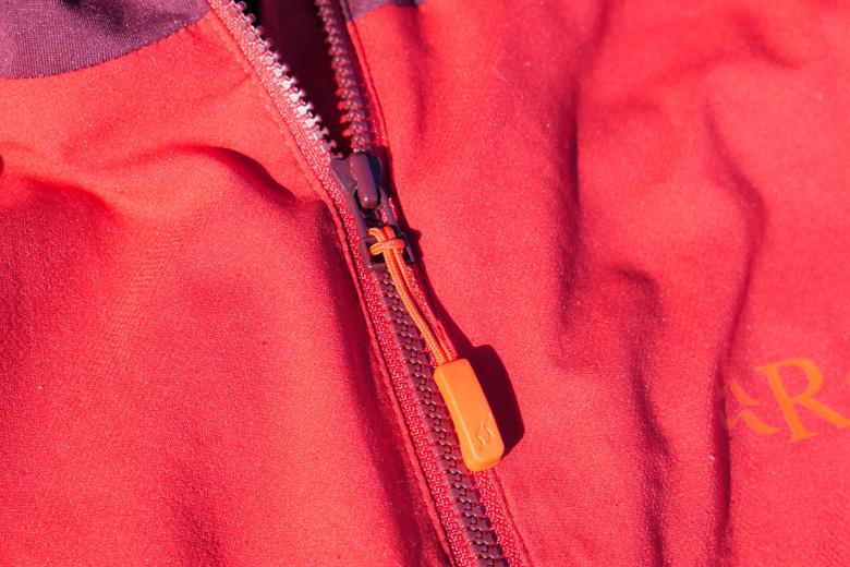 Alle ritsen op het Rab Alpha Flux Jacket hebben goede treklipjes.