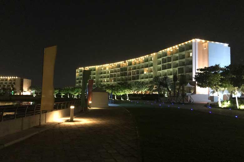 Moe van de reis en hard werken besluiten het eerste hotel te pakken dat we tegen komen: het Millenium Resort.