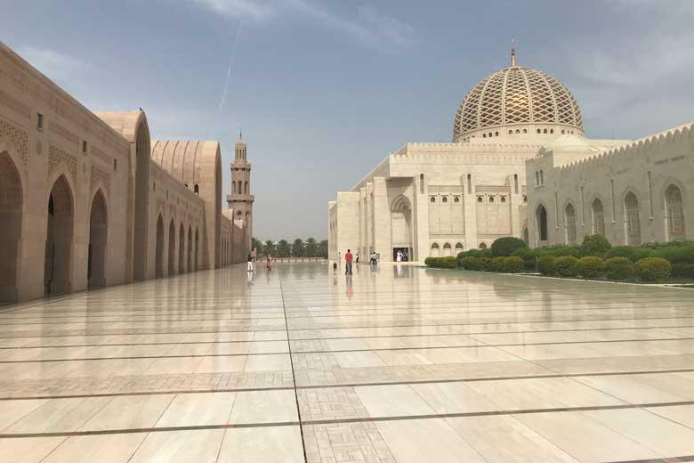 De Sultan Qaboos moskee is gigantisch en boven alle superlatieven verheven.