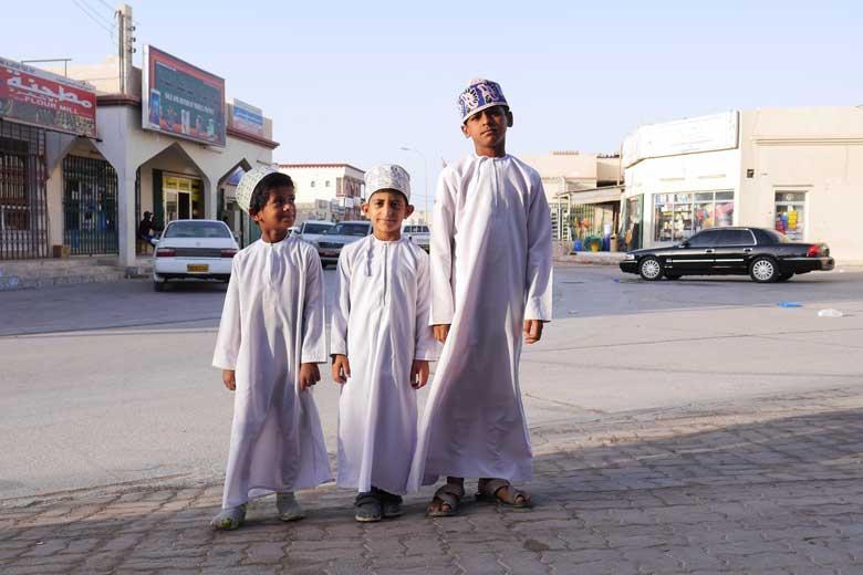 Schoolgaande jongetjes in Al Ashkharan.