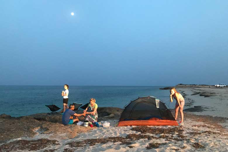 De perfecte kampeerplek aan zee. Een prachtig strand helemaal voor ons zelf.