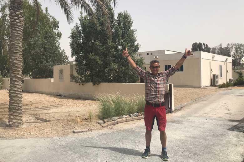 Het huis in Jebel Ali staat er nog. Zelfs het hekje is gebladderd bruin.