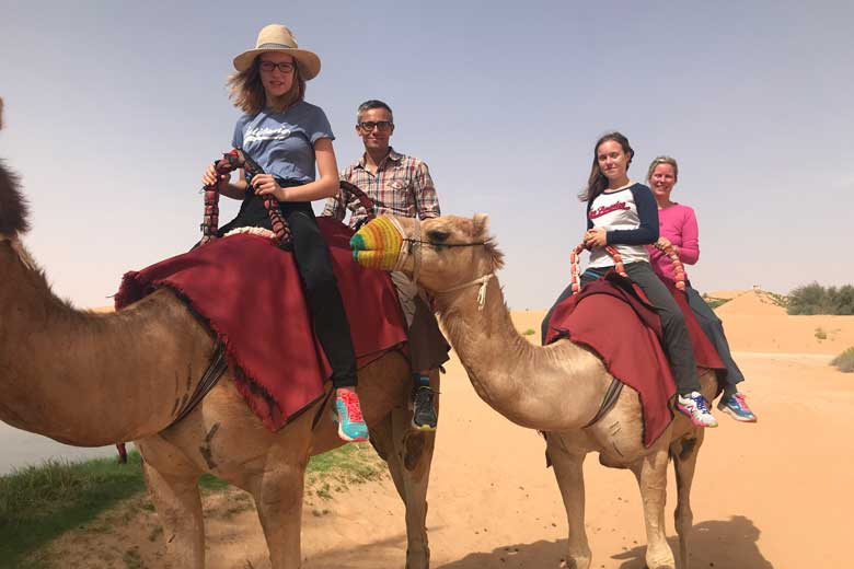 Na het ontbijt kruipen we in duo's op een kameel. All inclusive!
