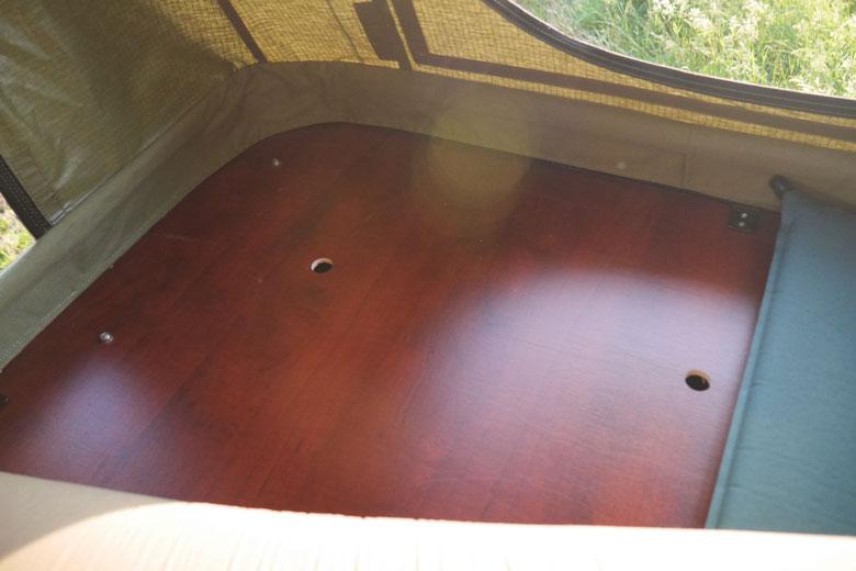 De Hopper heeft een bodem van betonplex. Een Thermarest matje onder het matras maakt het net wat comfortabeler.De hopper heeft een bodem van betonplex. Een Thermarest matje onder het matras maakt het net wat comfortabeler.