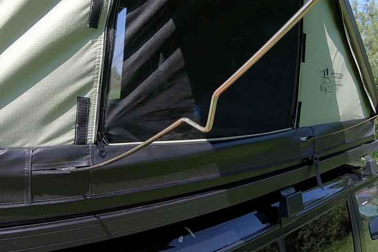 Driehoekjes aan de poten van de luifel van de Hopper voorkomen dat regen de tent raakt.