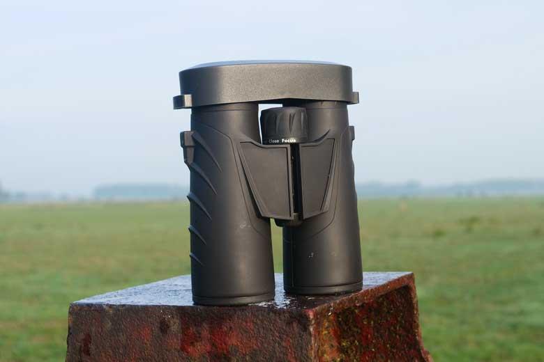 Een stevige kunststof beschermkap aan de oculairzijde van de Steiner Safari Ultrasharp 10X42.