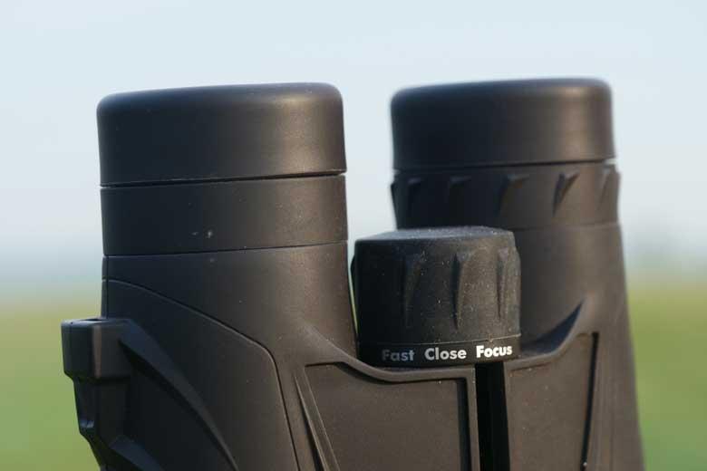 De Fast-Close-Focus scherpstelknop op de Steiner Safari Ultrasharp 10X42 is gebruiksvriendelijk.