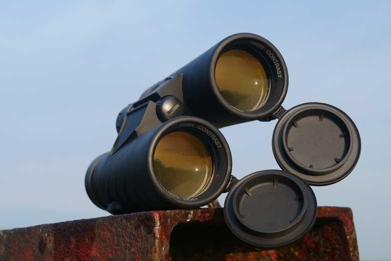 De rubber beschermdoppen aan de voorzijde van de Steiner Safari Ultrasharp 10X42 zitten vast.