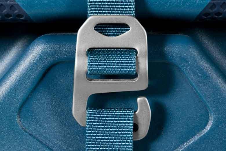 De Lowe Alpine AT Wheelie 90L heeft tal van mooie en goede aluminium buckles.