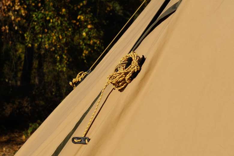 Tentipi denkt aan de details: hier een elastiek waar je de scheerlijnen van de Tentipi Safir 7 CP in op kan bergen.