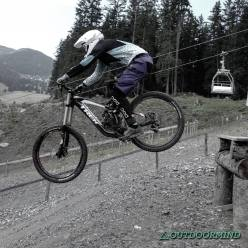 Trek Session 88 beim Drop im Bikepark Lenzerheide