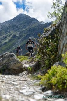 Brody-und-Roxy-Singletrails-Verbier-Bike-Outdoormind