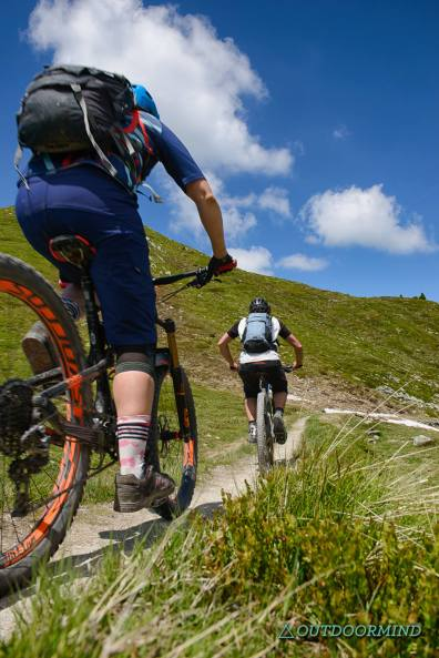 Roxy-und-Brody-Singletrails-Verbier-Bike-Outdoormind