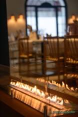 Restaurant mit Tisch am Kaminfeuer