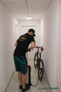 Beispiel Rennrad Reifen mit der Flash Charger TLR Standpumpe