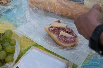 Käse, Wurst, Brot und Obst zum Picknick