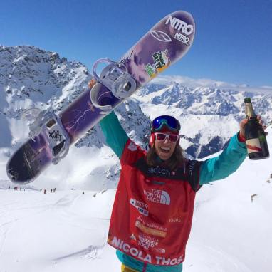 Nicola Thost mit Champagner und Board, ein Jahr vor Karriereende