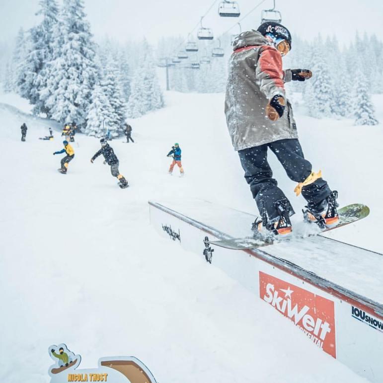 Kind beim Boardslide