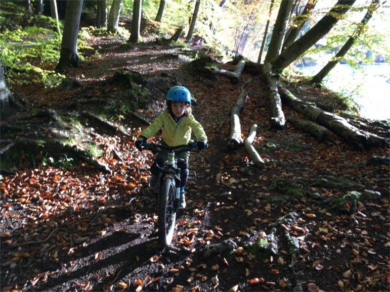 Der fünfjährige Ruben auf den Münchner Isartrails mit seinem Mountainbike