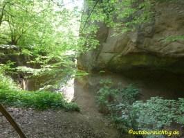 Felsformationen säumen den Weg