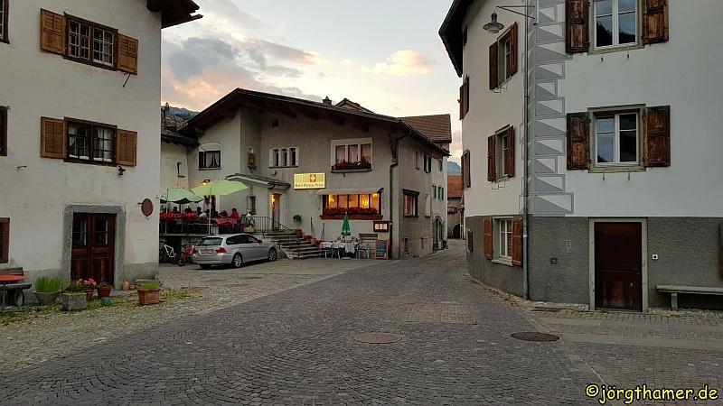 Dorfplatz mit Weißem Kreuz