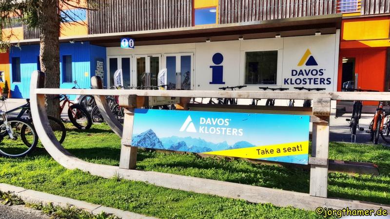 Schlitten vor der Touristinfo Davos