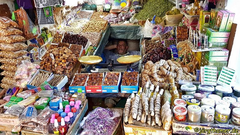Händler schläft in seinem Stand in Marrakesch