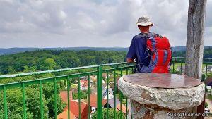 Wanderer schaut vom Wichsenstein in die Ferne