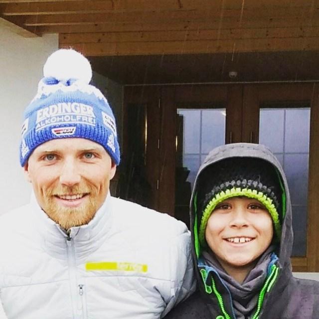 Da ist aber einer glcklich Ben mit BiathlonWeltmeister Erik Lesser