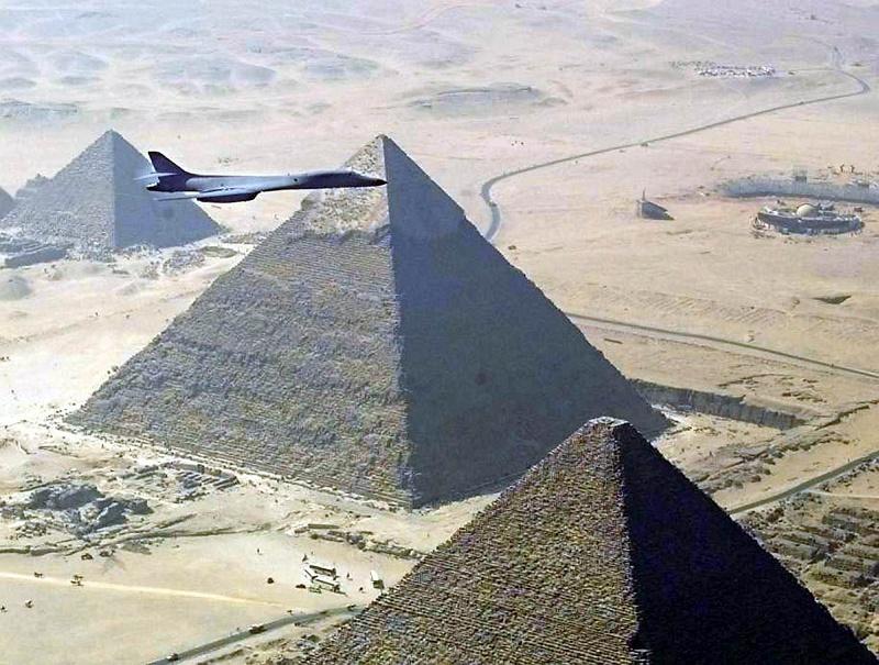 gpw-20040823-unitedstatesairforce-021105-o-9999g-017-b-1b-lancer-bomber-great-pyramids-egypt-1999