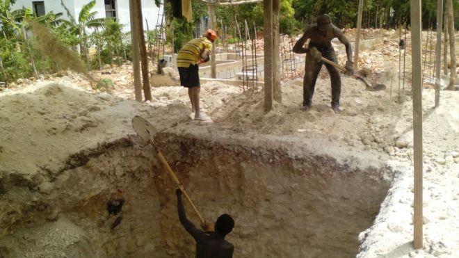 Creyentes de la iglesia excavan una cisterna en la construcción del templo