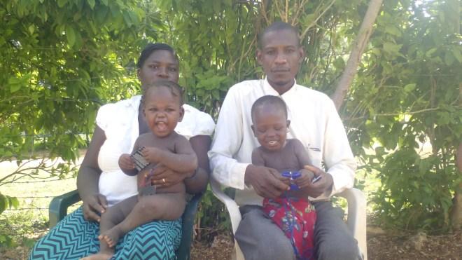 El pastor Elides pastor en Nueva Rosa, y su familia.