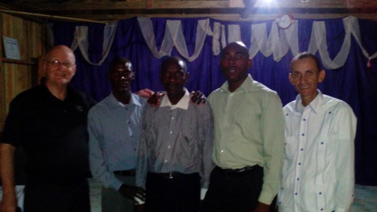 De izquierda a derecha los pastores David Carlsons, Frantzdy François Wilson, Negro Armonel y Ruddy Carrera, en la iglesia Bautista del Km 17, donde Wilson es pastor.