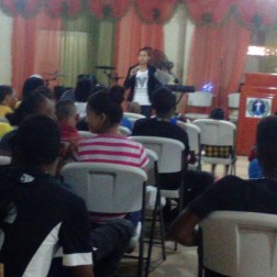 Edili Mateo tells his testimony, in a meeting of young campers.