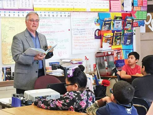 Photo courtesy Pasadena Unified School District Pasadena Mayor Terry Tornek reads at Hamilton Elementary School at last spring's Realtors Read Across PASadena event.