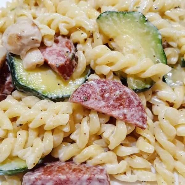 Budget vriendelijke pasta met cervelaat, courgette en champignons