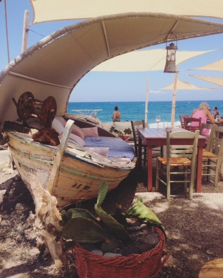 santorini-mangiare-in-spiaggia-