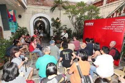 Carlos Celdran with Tourists