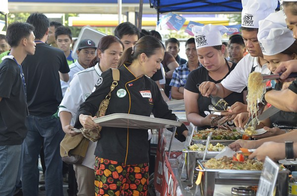 100 people tastes the pansit of the top ten finalists    during the first round of the Grand Finals