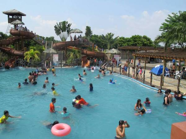 8 Waves Waterpark and Hotel