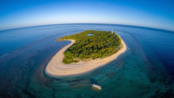 The largest island in the Apo Reef and has a lighthouse, white beach, lagoon, mangroves, and karstic rock formations.