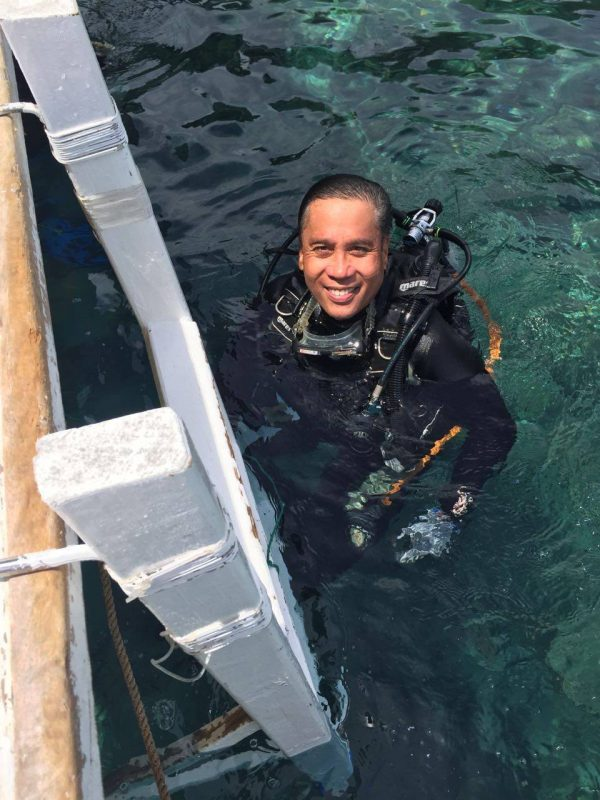 Mar Roxas in full diving gear - photo from his facebook page