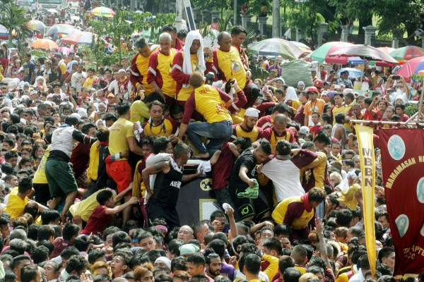 "Devotees need to swim and climb to the sea of people to touch or kiss the statue of the Black Nazarene on Monday (Jan. 9, 2017) during the ""Traslacion"" at Liwasang Bonifacio former Plaza Lawton in Manila. (PNA photo by Oliver Marquez) lgi/fom"